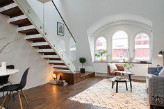 klein appartement met wit interieur en lichtinval