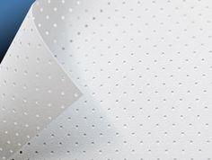 Perforated White-Light, superficie per la proiezione frontale trasparente al suono, ideale per la realizzazione di schermi di dimensioni importanti.