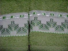 En tono verde, bordado yugoslavo. Toallas que embellecen el baño