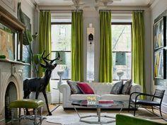 grüne Gardinen Stuhl Leder gepolstert Kaffeetisch Glas Metall Silberne Dekokissen