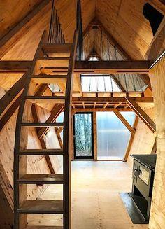 Interiér je obložen vyčištěným bedněním, veškeré detaily, včetně schodišť jsou z přebytků překližky na jiných stavbách.