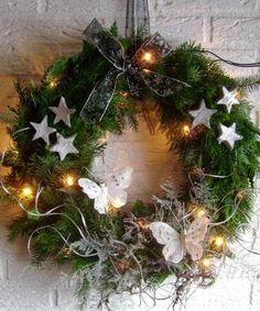 The Lovely Deco: Couronnes de Noël - Deco maison Christmas Flowers, Christmas Mood, Noel Christmas, Christmas Crafts, Green Christmas, Holiday Wreaths, Holiday Decor, Deco Table Noel, Xmas Decorations