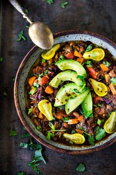 15 Cozy Vegetarian Dinners for Fall Clean-out-your-fridge Vegan Chili! A fast and easy vegan chili recipe that is loaded up with healthy veggies! Healthy and FULL of flavor! PLUS 15 COZY FALL Recipes that are vegetarian! Easy Vegan Chili, Healthy Chili, Fall Recipes, Whole Food Recipes, Healthy Recipes, Healthy Meals, Healthy Dishes, Delicious Recipes, Holiday Recipes