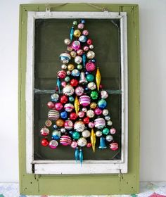 In plaats van de vertrouwde denneboom kun je kiezen voor een alternatieve en creatieve kerstboom. Een kerstboom van ladders, tape, verf en draad bijvoorbeeld!