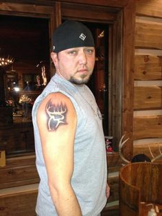 Jason Aldean showing off his new tattoo