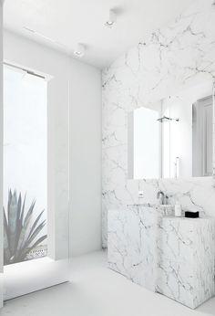 Un baño luminoso en mármol // A light-filled marble bathroom