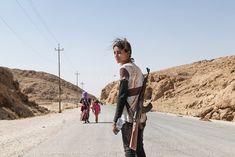 Menina Yezidi carregando armas para proteger a família dos ISIS (Estado Islâmico do Iraque e do Levante)