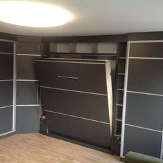 Egy ágy mennyel helyet időt és akár pénzt is tud spórolni. Hogy hogyan? Egyetlen mozdulattal lehet a nappaliból hálót varázsolni..így nincs szükség külön szobára--amit így sem fűteni, sem takaríatani nem szükséges. Közvetlenül a gyártótól-nagy méret, szín és stilusválaszték. Divider, Room, Furniture, Home Decor, Home Furnishings, Interior Design, Home Interiors, Decoration Home, Tropical Furniture