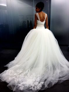 Vestido de noiva Vera Wang com bastante volume e ponta da cauda com aplicações de renda. Modelo Outono 2013.