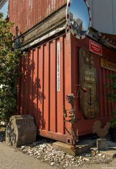 Fiskerihavnen. Hvis man en dag skulle have lyst til en omgang nostalgi, så smut en tur ud i Nordhavnens vestlige spids. Herude kan man finde Fiskerihavnen, som frem til 1995 lå i Skude-havnen. Det er et rendyrket Klondike som har fået lov til at leve sin egen isolerede tilværelse på godt og ondt... #Fiskerihavnen #Nordhavnen