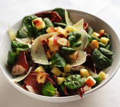 Salade de mâche, pommes, magret de canard fumé, et Ossau-Iraty de Istara   Envie de bien manger www.enviedebienmanger.fr