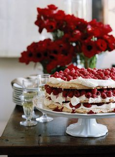 Australian Food - the mighty pavlova Raspberry Pavlova, Raspberry Cake, Raspberry Meringue, Cupcakes, Cupcake Cakes, Just Desserts, Dessert Recipes, Sweet Desserts, Bolos Naked Cake