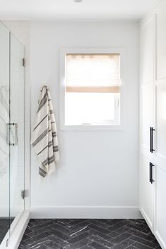Interior Design Companies, Interior Design Studio, Interior Designing, Small Showers, Minimal Home, White Home Decor, Indoor Outdoor Living, Kids Bath, Master Bathroom