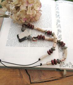 Un collier mi-long tribal citadin avec céramiques contemporaines et très anciennes : Aux Rythmes De La Terre !!!! : Collier par les-reves-de-minsy