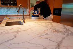¿Cómo devolver el brillo a una #EncimeraDeMármol? Las #encimeras de #mármol son muy empleados en cocinas y baños de muchos hogares debido principalmente a todas las ventajas que ofrece.   ¡Lee este artículo 👇!  #PulidoDeSuelos #Madrid Tile Floor, Madrid, Flooring, Households, Countertops, Jitter Glitter, Tile Flooring, Hardwood Floor, Paving Stones