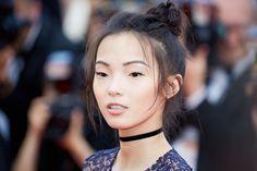 Chignon haut messy, messy bun pour Xiao Wen sur le tapis rouge du Festival de Cannes 2016
