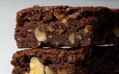 Brownies alla nutella - Ricetta per preparare i brownies alla nutella, dei dolcetti deliziosi e semplici da preparare che potete servire ai vostri ospiti dopo pranzo o alle feste per i bambini.