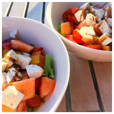 Ihana kesäinen salaatti, siipan luoma sekoitus. Mansikkaa, mangoa, canataloupea, salaattia, mozzarellaa. Hiukan suolaa ja mustapippuria. Päälle balsamicosiirappia. Nam! Ensi kerralla kokeilen halloumilla.