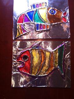 """Tovervissen bij """"Ilsebil en Timpetee"""" (""""van de visser en zijn vrouw"""" - Gebr. Grimm) Vis tekenen op karton. Lijntjes beplakken met wol. Aluminium folie erover ( ik heb voor de zekerheid ook nog lijm uit de spuitbus ertussen gedaan - die had ik toch nog liggen). Voorzichtig aanwrijven met een wattenstaafje zodat de wollijntjes zichtbaar worden. Inkleuren met permanent marker."""