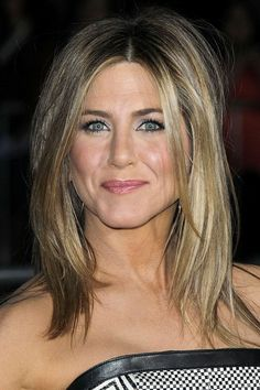 February 2012 saw Jennifer tidy up her summery locks with warmer, darker blonde lowlights. The perfect length for Jen, feminine yet not too 'done'. Jennifer Aniston Style, Jennifer Aniston Birthday, Jennifer Aniston Haircut, Jennifer Aniston Hair Color, Jennifer Aniston Pictures, Jenifer Aniston, Jennifer Aniston Long Bob, Long Bob Hairstyles, Celebrity Hairstyles