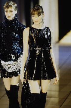 Carla Bruni walked for Atelier Versace Couture Runway Show 1994 Modern Fashion, 90s Fashion, High Fashion, Fashion Show, Vintage Fashion, Womens Fashion, Runway Fashion, Saint Laurent, Catwalk Models
