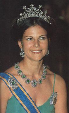 Tiara de las Nueve Puntas - Casa Real de Suecia En la actualidad la tiara está vinculada a la Fundación Bernadotte, y es la Reina Silvia la que habitualmente la usa desde su boda con el Rey Carlos XVI Gustavo en 1976.