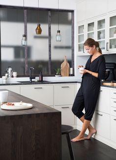 Modernt kök med platsbyggd känsla och tidlösa drag. Köksluckan Bistro känns alltid modern, är helt slät och finns i flera olika färger. I detta köket har man valt att kombinera den traditionella ljusa köksluckan med en mörkbetsad köksö, fullmatad med smarta funktioner. Köket har dessutom blivit utrustat med en mörk bänkskiva i granit som kommer att vara både snygg och lättskött i många år framöver.