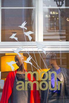 Die Zürcher Boutique mon amour zieht um. In Form eines Postkarten- und Newslettermailings sowie der Schaufensterbeschriftung wird dies mit einheitlichem Sujet den Kundinnen kommuniziert. Das Modegeschäft breitet die Flügel aus und gleitet die Kirchgasse hinauf von Nummer 8 zu Nummer 28, wo im Februar 2016 die Türen geöffnet werden mit den neuen Kollektionen von Sonia by Sonia Rykiel, Plein Sud und Jean Paul Gaultier.