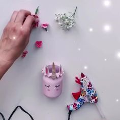 Unicorn pen holder DIY - Great DIY unicorn pen holder for all school children. The little unicorn is sure to pop up the desk - Doll Crafts, Yarn Crafts, Crafts To Sell, Diy And Crafts, Pen Holder Diy, Diy For Kids, Crafts For Kids, Decorating Bookshelves, Sewing Art