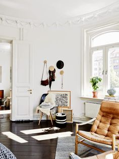 A stunning Gothenburg home with a black floor. Muuto dots. Stadshem.