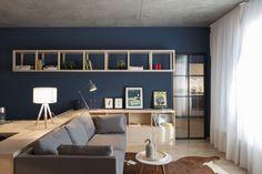 Un appartamento di 50 mq con cucina e camera da letto a vista: porte vetrate e tende scorrevoli per dividere gli spazi