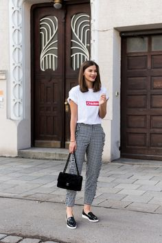 Frühjahr und Sommer Mode Trends 2017. White graphic t-shirt+black and white gingham ruffle pants+black plattform pantent leather loafers+black Chanel chain shoulder bag. Summer Casual Outfit 2017