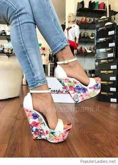 Tendance chausseurs : Blue jeans and floral shoes Hot Shoes, Crazy Shoes, Wedge Shoes, Me Too Shoes, Wedge Sandals, Heeled Sandals, Shoes Heels Wedges, Platform High Heels, High Heel Boots