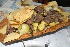 PECORA BOLLITA In una pentola, fate cuocere, in abbondante acqua, la pecora tagliata a pezzi, insieme ai pomodori, al sedano, alle cipolle e qualche foglia di prezzemolo. A metà cottura aggiungete le patate pelate, salate e lasciate continuare la cottura. Servite la carne con le patate ben calde.