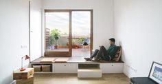 La ristrutturazione di un appartamento per un single con una grande cucina e un terrazzo sui tetti di Barcellona