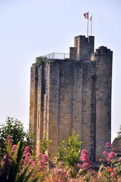 LA TOUR DU ROY - 3) Utilisé comme citadelle de défense jusqu'à la fin du XVI°s, la tour devint ensuite l'Hôtel de Ville jusqu'au milieu du XVII°s. Situé à l'intérieur des remparts de la cité, l'édifice repose sur un massif isolé de toutes parts et creusé de grottes naturelles et de carrières exploitées depuis le moyen age.