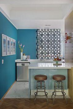 Cozinha americana com paredes em azul turquesa Projeto de Yamagata