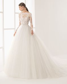 Princess-style long-sleeved dress with transparent lace bodice, boat neckline and full tulle skirt, in natural. Lace bodice and crepe and lace skirt, in natural.