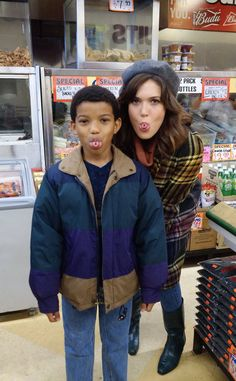 Like Mother, Like Son from Going Behind the Scenes of This Is Us With the Adorable Cast  Mandy Moore and Lonnie Chavis show off the uncommon genetic trait they both happen to share.