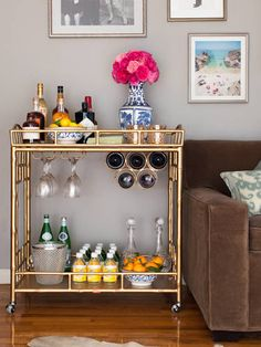 My mom advised the first thing to worry about re: getting an apartment is ordering a bed. The second is setting up a minibar, right? Bar Cart Styling, Bar Cart Decor, Diy Bar Cart, Cheap Bar Cart, Styling Tips, Canto Bar, Bar Sala, Rental Decorating, Decorating Ideas