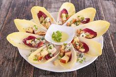 Witlofschuitjes met appel, blauwe kaas en walnoten, leuke en weer eens iets andere soort hapjes, staat superleuk een bord van deze witlofschuitjes met appel