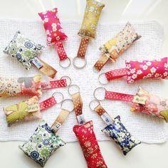 Utiliser ses chutes de tissu : remplir de lavande = anneau porte-clés pour mini cadeaux de Noël