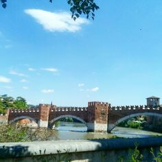 Le cose belle piacciono  . . . #ponte #scaligero #bridge #river #fiume #adige #medioevo #medioevale #medieval #medievale #city #città #castle #verona #italy #italia #veronacentro #veronacity #architecturelovers #archiporn #urban #urbex #architettura #architecture #sky #cielo #clouds