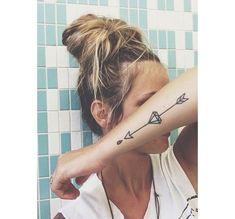 tatouage avant bras feminin tribal fleche