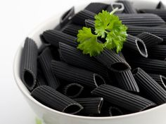 Black Pasta made with squid ink Black Food, White Food, Black White Parties, Black And White, Total Black, Black Pasta, Squid Ink Pasta, Black Dinner, Food Trends