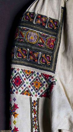 Hungarian Embroidery Pattern Romanian blouse detail C Hungarian Embroidery, Folk Embroidery, Learn Embroidery, Embroidery Stitches, Embroidery Patterns, Folk Costume, Embroidery Techniques, Chain Stitch, Needlework