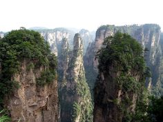 El Parque nacional de #Zhangjiajie se encuentra en la provincia de #Hunan, en #China. El parque goza de un clima muy húmedo durante todo el año, dando cabida a sus exuberantes bosques y a sus valles plagados de arroyos, manantiales, cascadas y lagos, donde más de tres mil imponentes columnas de roca se elevan hasta cuatrocientos metros sobre la vegetación, dando lugar a increíbles puentes naturales entre las cumbres.