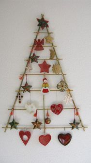 A época natalícia aproxima-se a passos largos e é chegado o momento de montar a árvore de Natal. Mas é daqueles que tem problemas de espaço ou simplesmente quer apostar em algo diferente? Fique com 15 sugestões de árvores de Natal alternativas.
