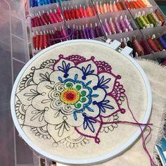 The Best Stitches In Embroidery – Handwerk und Basteln Simple Embroidery, Embroidery Patterns Free, Hand Embroidery Stitches, Embroidery Hoop Art, Hand Embroidery Designs, Ribbon Embroidery, Cross Stitch Embroidery, Knitting Stitches, Machine Embroidery