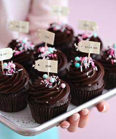 Hei alle dere ♥ Elsker du sjokolade cupcakes, kommer du til å elske disse, Disse er magisk gode. MYKE, SAFTIGE SJOKOLADE CUPCAKES 200 g hvetemel 60 g kakao av god kvalitet 1 ts natron ½ ts bakepulver 1/2 ts salt 2 store egg 250 g sukker 1 ts vanilje-paste 170 g majones (ikke lettvarianten) 2 dl lunkent vann (ev. sterk kaffe)